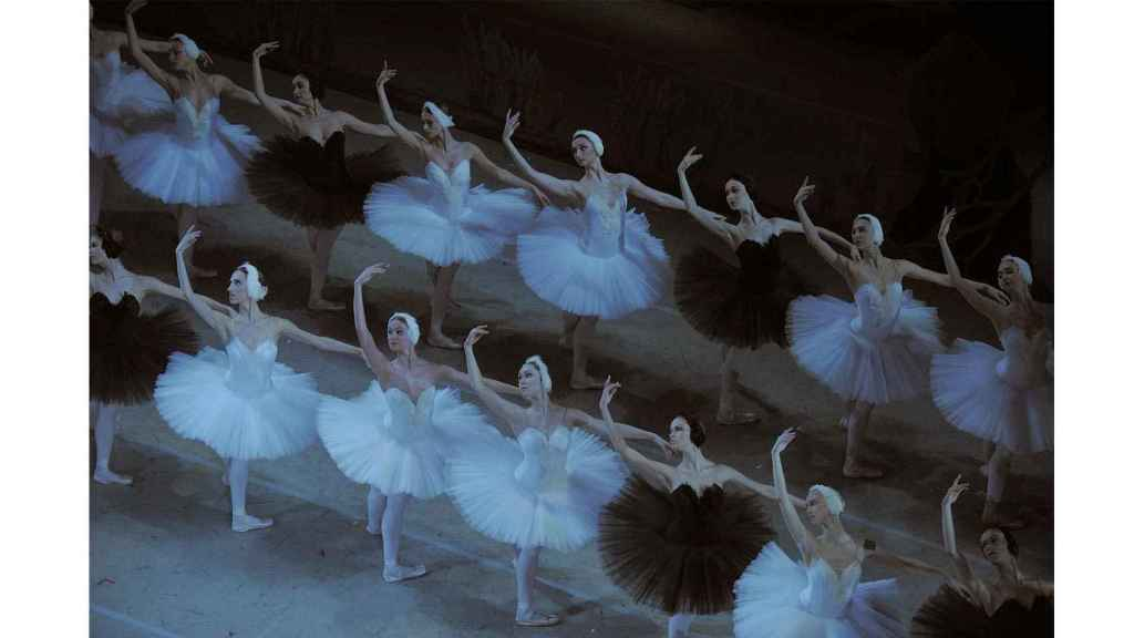 """La producción """"estalinista"""" del Lago de los Cisnes que representa el triunfo del bien (cisnes blancos) sobre el mal (cisnes negros)."""