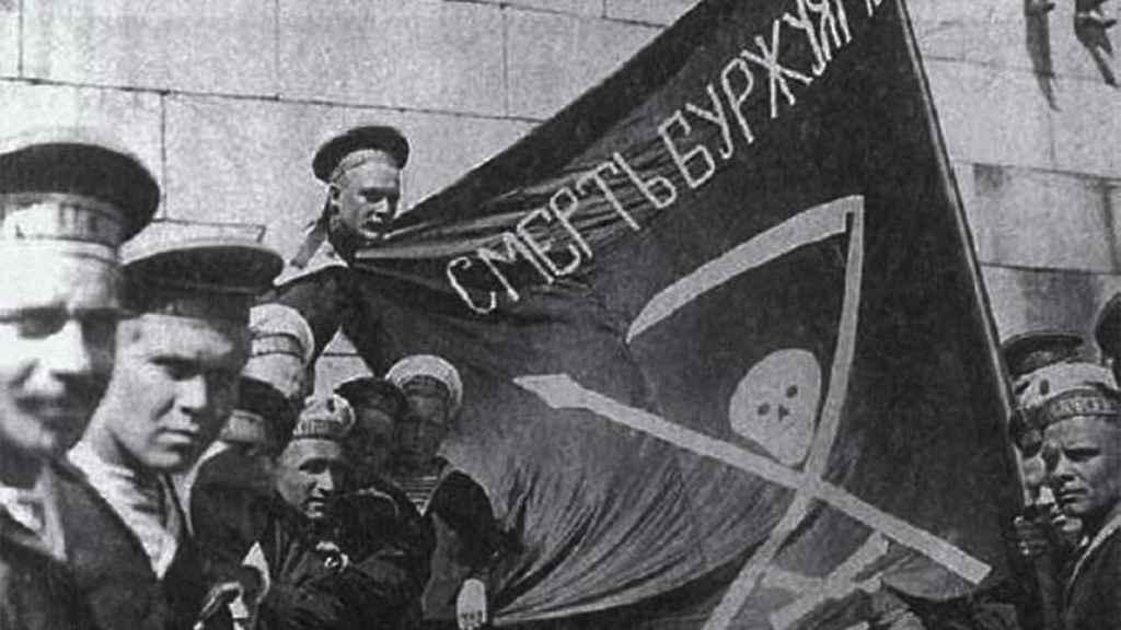 Los marineros sublevados en Kronstadt contra las autoridades bolcheviques exhiben una bandera que denota su ideología anarquista.