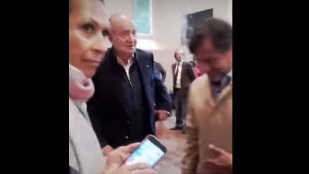 Imagen del único instante que muestra el encuentro público entre el rey Juan Carlos y Marta Gayá