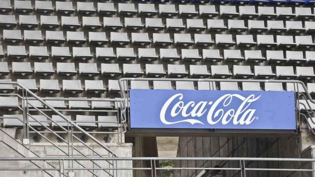 La publicidad azul de Coca-Cola en el estadio Carlos Tartiere.