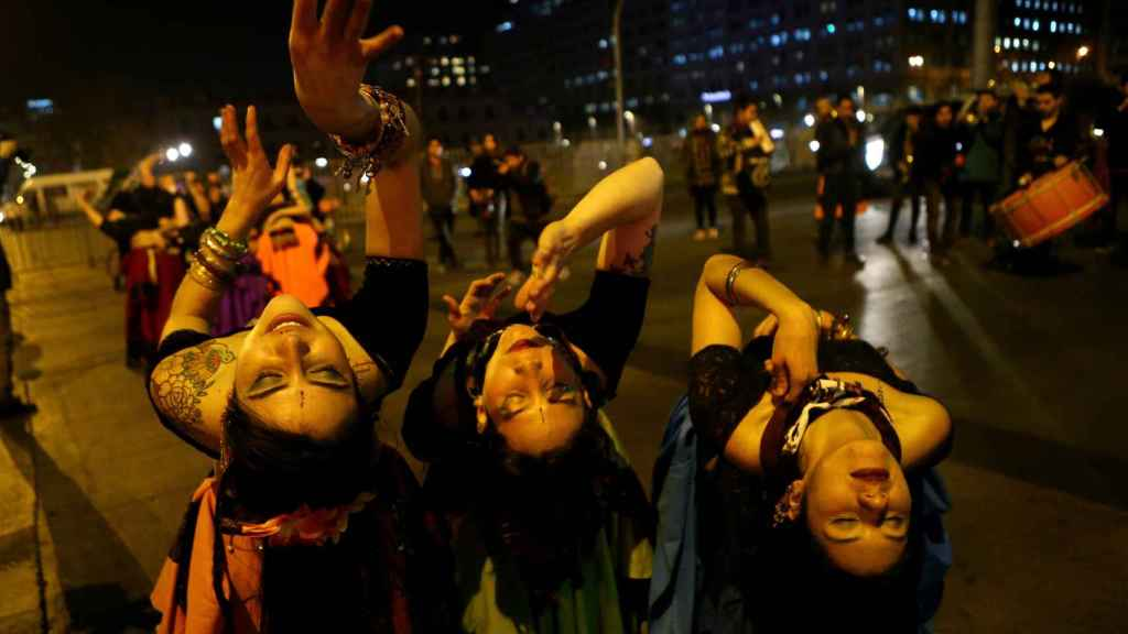 Manifestantes a favor de la despenalización del aborto se manifiestan en Santiago de Chile.