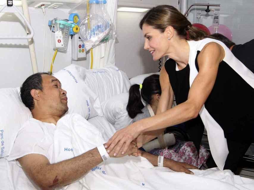 La Reina Letizia saluda a un herido en su visita al Hospital del Mar