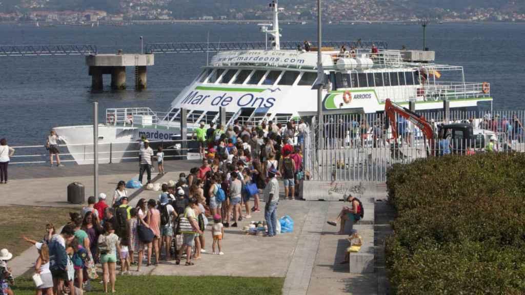 Los turistas esperan para viajar a las Cíes.
