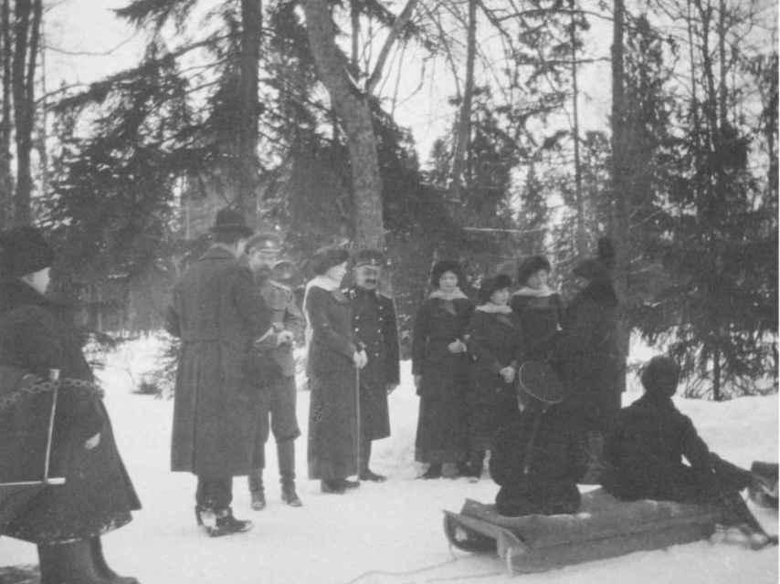 Nicolás II, Alejandra, sus cuatro hijas y el zarévich Alexei –sentado en el trineo- durante sus días felices en Tsárskoie Seló.