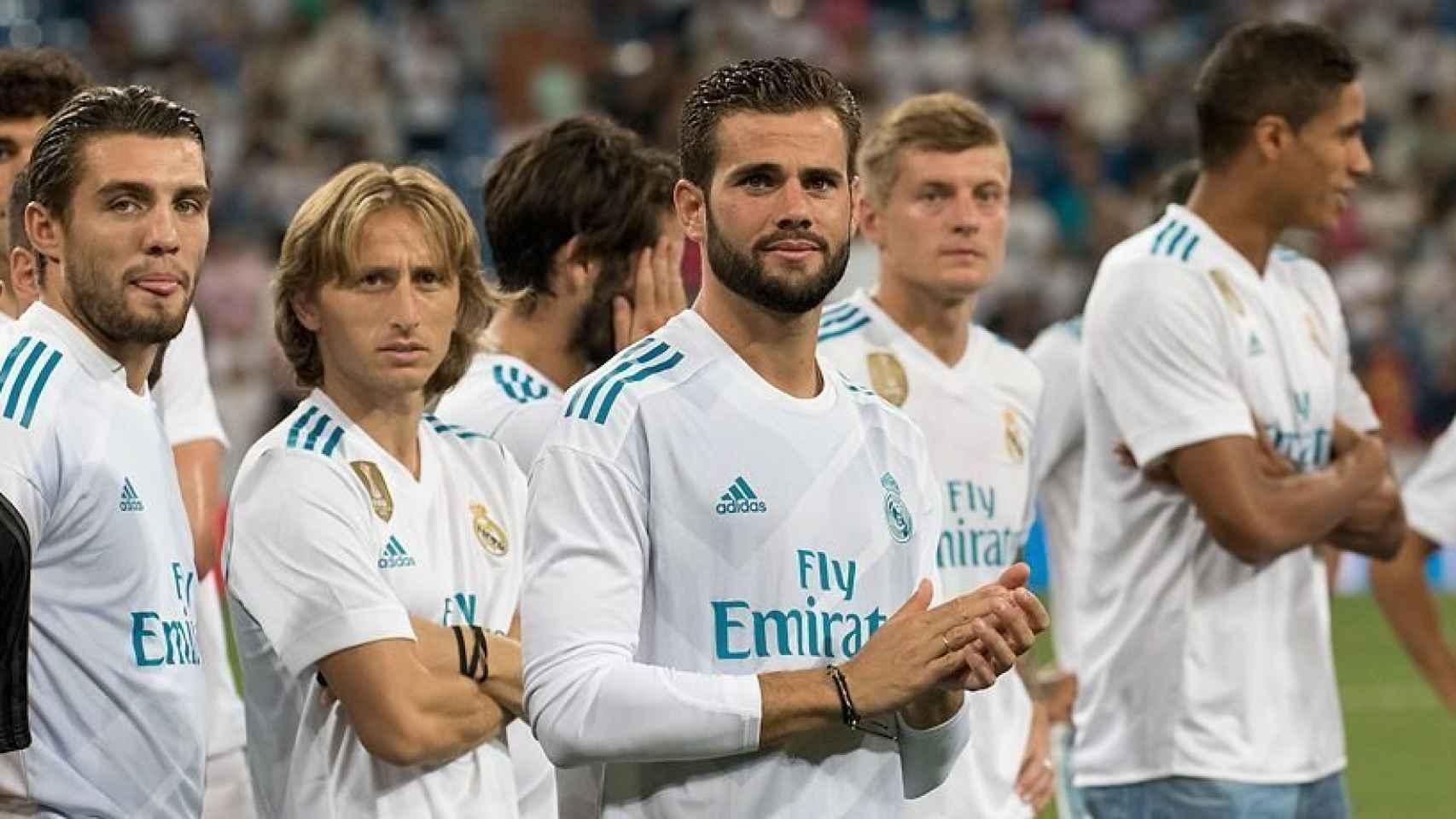 Nacho, Modric y Kovacic observan durante la entrega del Trofeo Santiago Bernabéu. Foto: Pedro Rodríguez / El Bernabéu