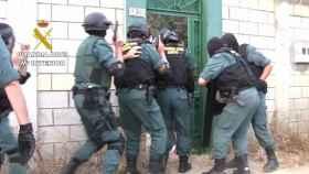 Momento en el que la Guardia Civil irrumpe en uno de los inmuebles.