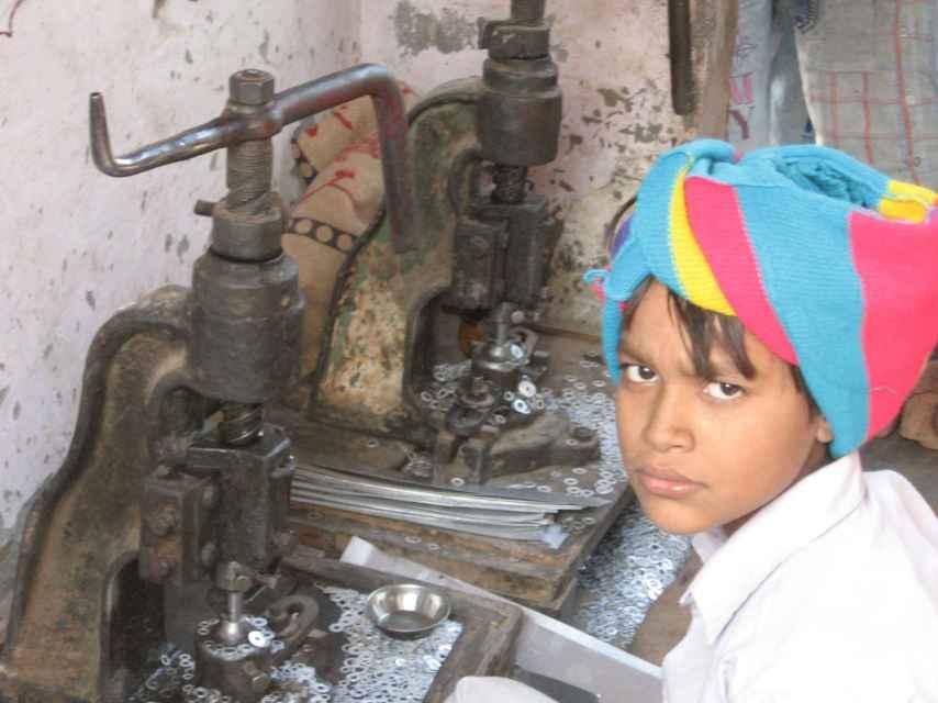 Tanvir, 9 años, gana poco más de un euro al día por fabricar 4000 arandelas