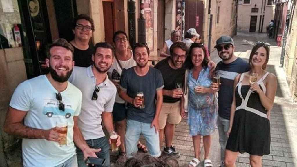Los novios, junto a algunos de los invitados, han tapeado este jueves en Logroño.