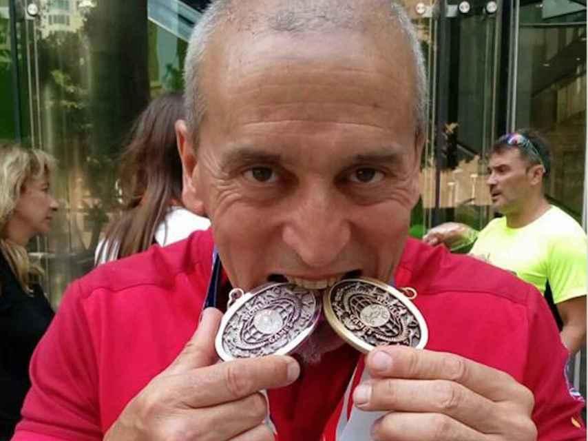 Esteban muerde sus medallas de plata y bronce