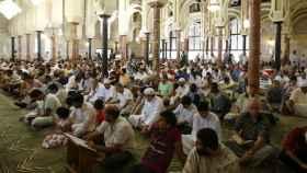 Un grupo de musulmanes reza en la mezquita de la M-30 de Madrid.