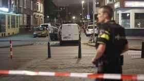 La policía investiga una furgoneta cargada con bidones de gas en las inmediaciones de la sala de conciertos Maassilo.