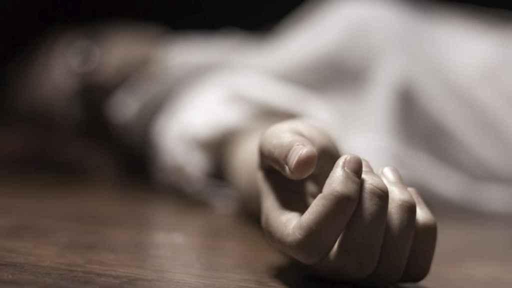 Un cuerpo sin vida yace en el suelo.