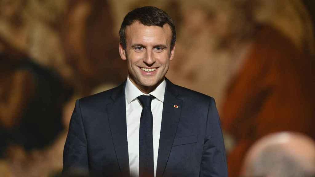 Emmanuel Macron prepara su rostro para los selfies que le piden sus seguidores.