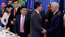 Mike Pence junto a algunos opositores venezolanos en Miami