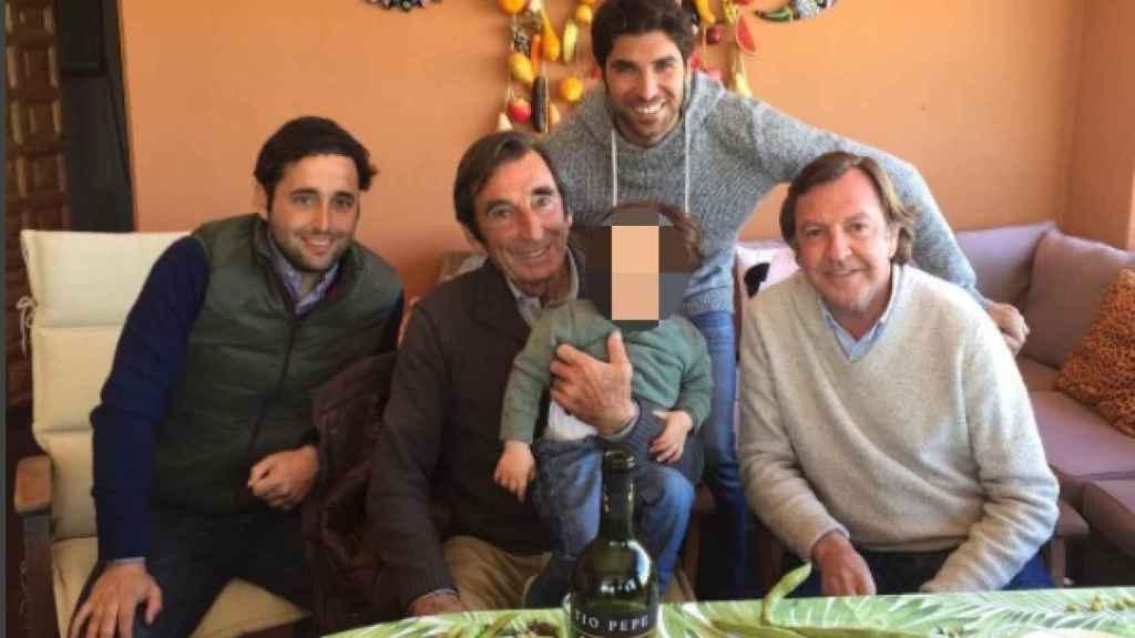 Dámaso González junto a su hijo, su nieto y Cayetano Rivera Ordóñez.