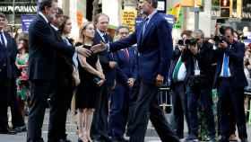 El Rey Felipe VII, el último en llegar, saluda al  presidente del Gobierno, Mariano Rajoy.