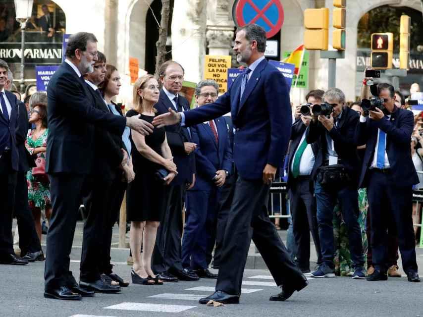 Felipe VI saluda a Rajoy en presencia de Puigdemont, Colau , Pastor y García-Escudero, el sábado.