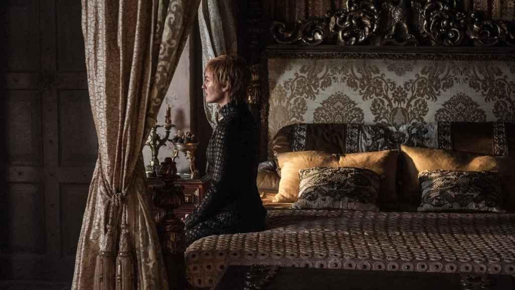 Cersei en su propia habitación de Desembarco del Rey en una de las escenas de la séptima temporada, repleta de tejidos brocados. | Foto: Juego de Tronos, (2011).