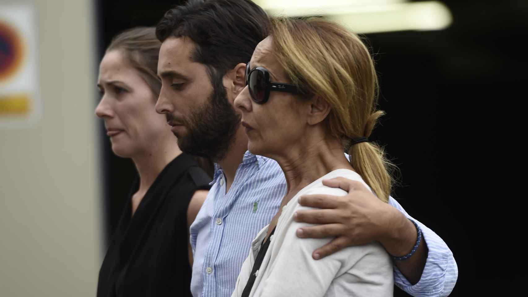 La esposa del diestro, Feli Tarruella, llega al tanatorio.