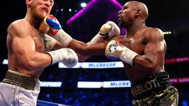 Mayweather y McGregor durante el combate en Las Vegas