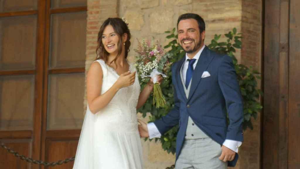 Alberto Garzón y Anna Ruiz, a las puertas de las Bodegas Riojanas donde transcurrió la ceremonia.