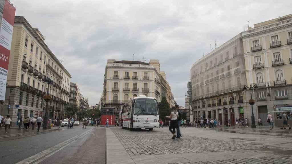 En Sol, había un buen número de efectivos policiales, pero la carretera que cruza la plaza carece de bolardos.