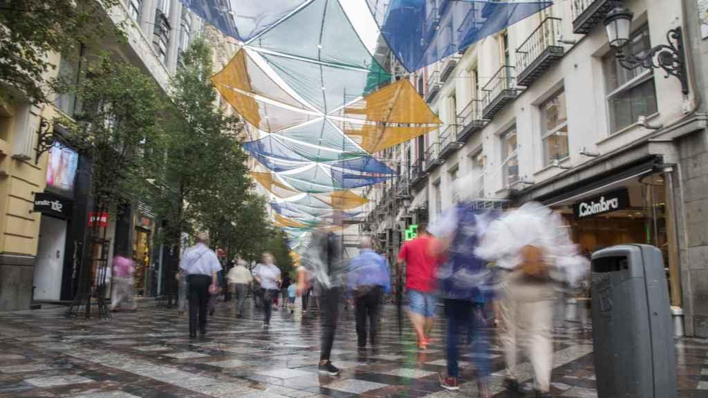 La calle Arenal discurre paralela a la calle mayor. Es totalmente peatonal. Durante 400 metros, y desde su entrada en Sol, carece de bolardos.