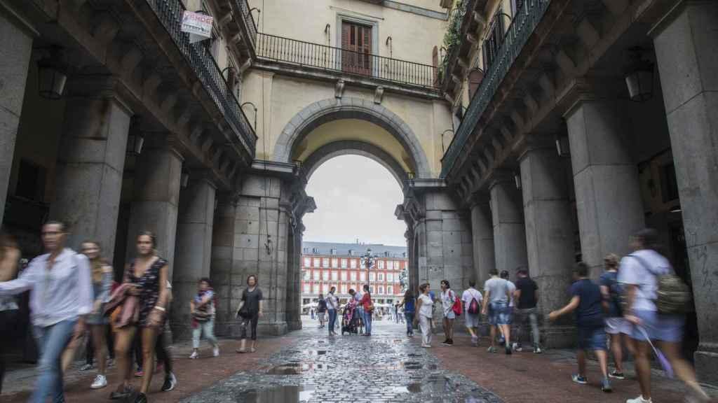 La entrada por la calle Ciudad Rodrigo, a la Plaza Mayor, es la única que permite el paso a los vehículos.