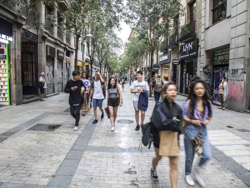 Turistas en la parte peatonal de Fuencarral.