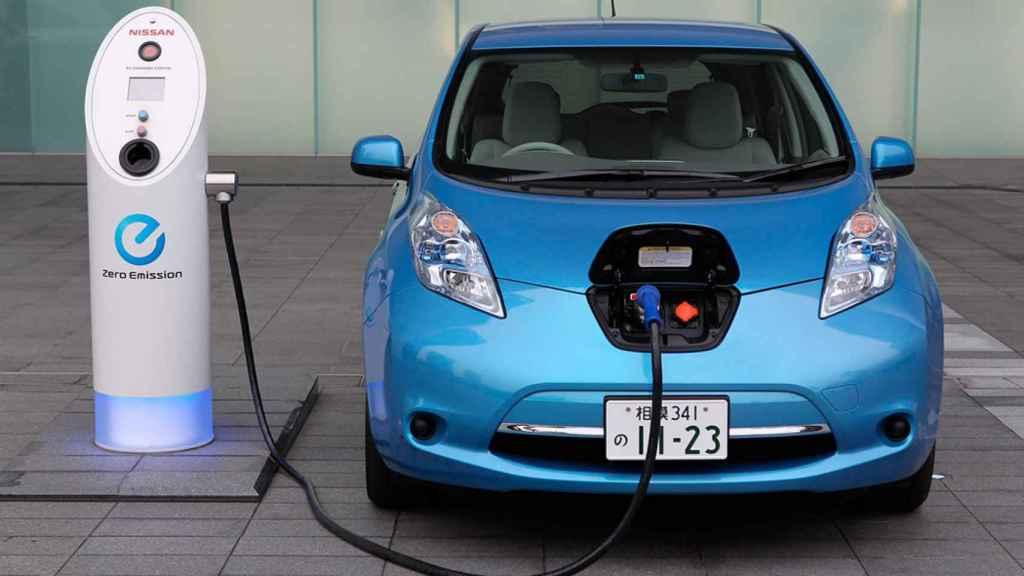 Un coche eléctrico recargándose, en una foto de archivo.