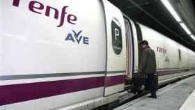 Un pasajero sube a un tren de Alta Velocidad.