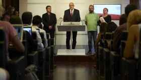 El diputado de JxSí, Jordi Orobitg; el presidente de JxSí en el Parlament, Lluís Corominas; el diputado de la CUP, Benet Salellas, y la diputada de la CUP, Gabriela Serra