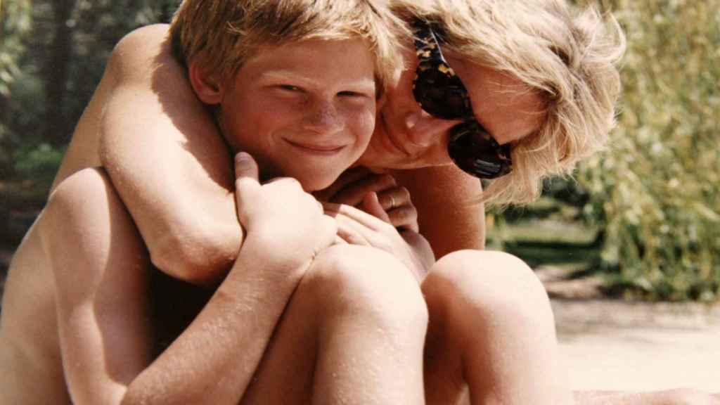 Diana con su hijo pequeño, Enrique, durante unas vacaciones.