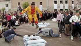 Después de correr por las calles azotando a la gente, el 'Colacho' se dispone a saltar bebes recién nacidos.