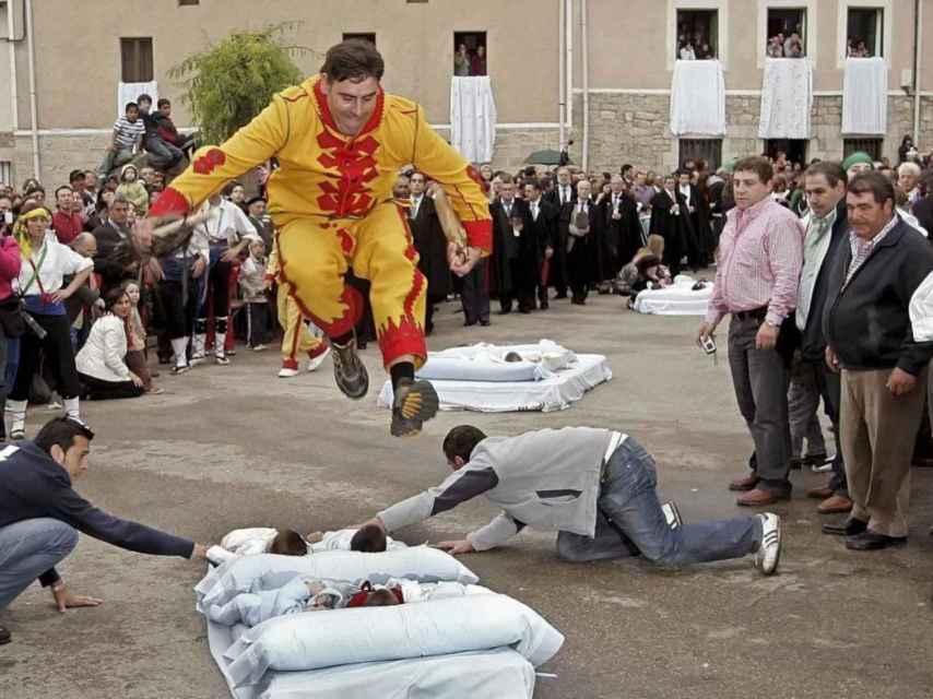 Después de correr por las calles azotando a la gente, el 'Colacho' se dispone a saltar sobre bebés recién nacidos.