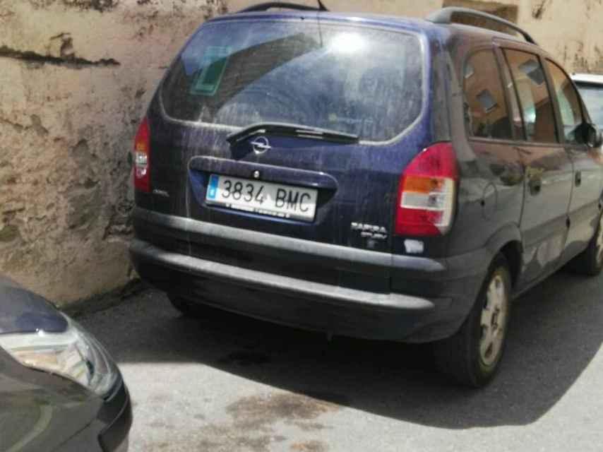 El Opel Zafira en el que viajaban los dos jóvenes.