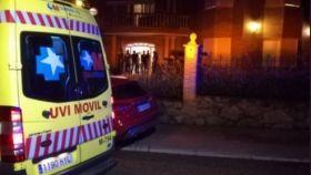 Ambulancia a la entrada de la casa.