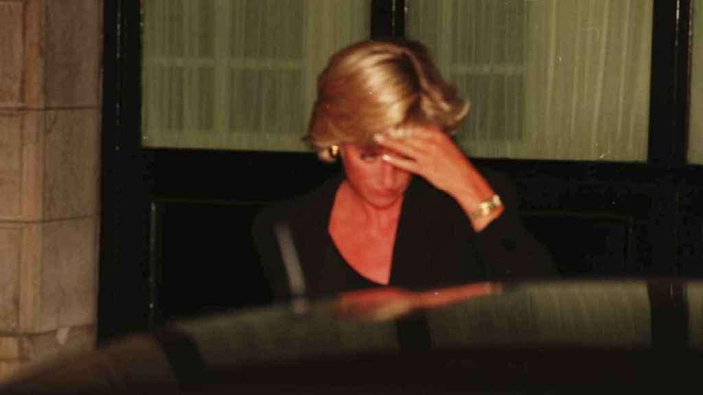 Diana de Gales saliendo del hotel antes de entrar en el coche en el que sufrirá el fatal accidente.