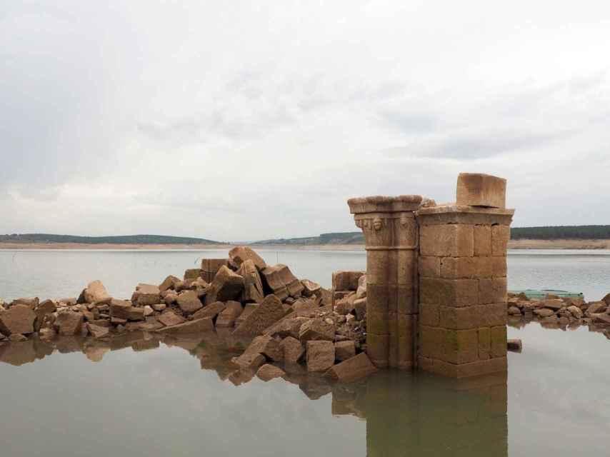 La iglesia de Zalima ha emergido con la sequía del pantano de Aguilar de Campoo.
