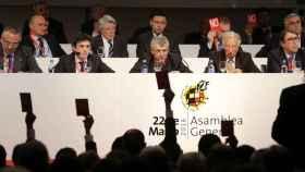 Ángel María Villar, con Padrón y Jorge Pérez a su izquierda, durante una Asamblea de la RFEF en 2016.