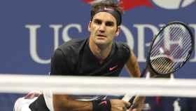 Federer, sacando ante Tiafoe.
