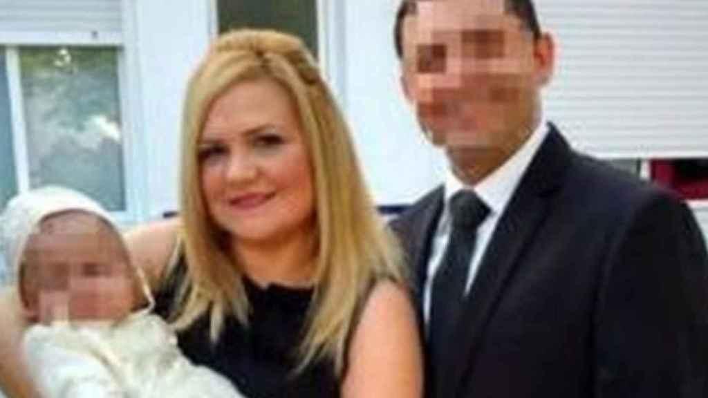 Pilar Garrido junto a su marido y su hijo.