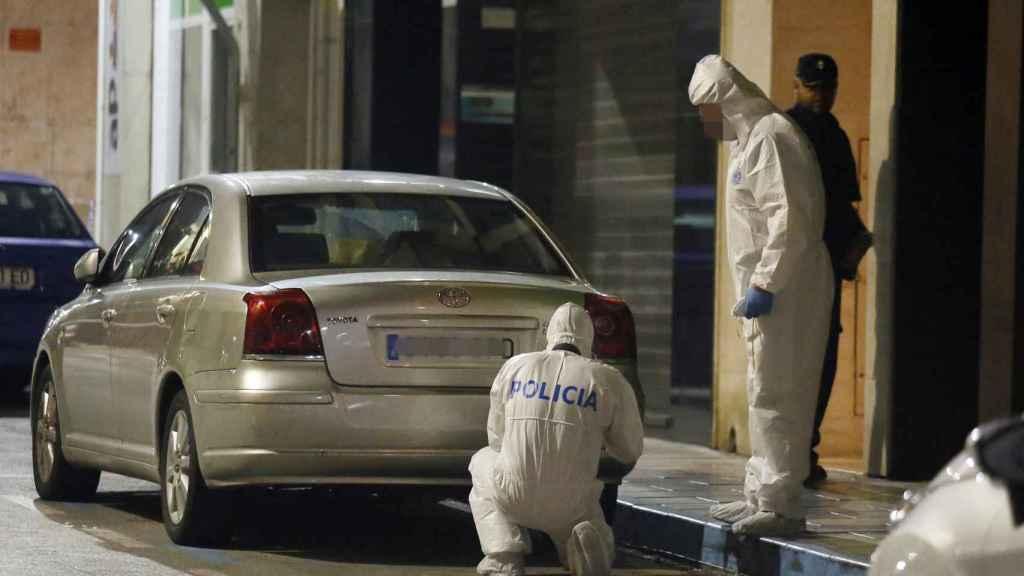 Policía científica recoge muestras en la puerta de la casa de Elda.