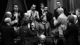 La presidenta del Parlament, Carme Forcadel, aplaudida por miembros del Govern