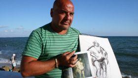 Francisco García Lora, el 'Velázquez' de los cuadros falsos, posa junto a una de sus copias