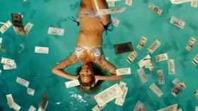 Bañada en dinero