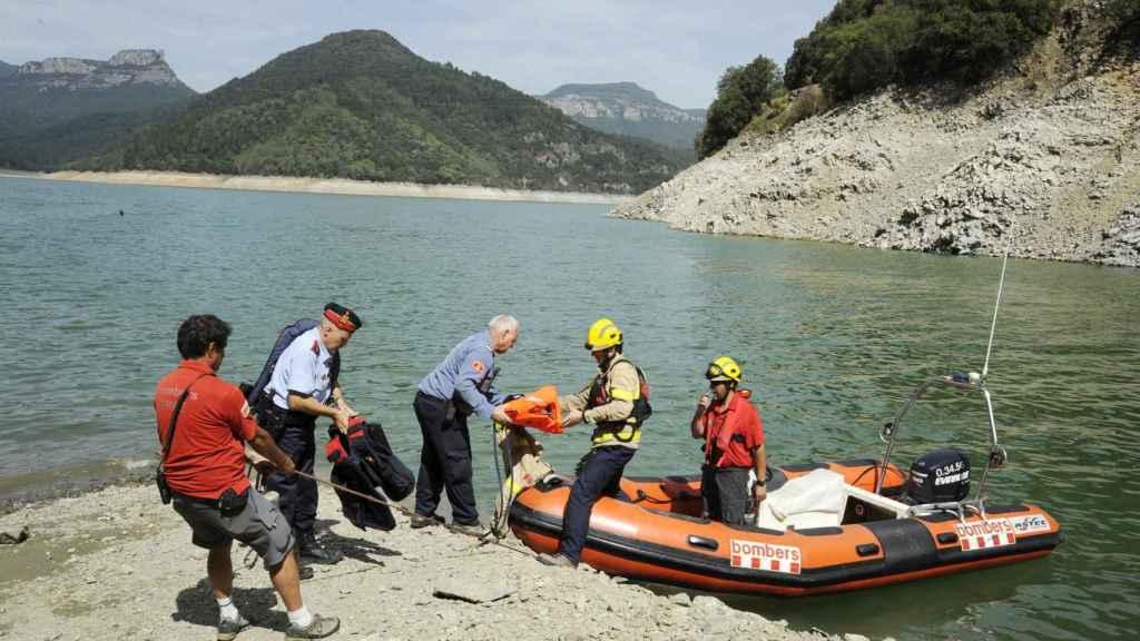 Agentes de los Mossos y de los bomberos durante los trabajos de búsqueda.