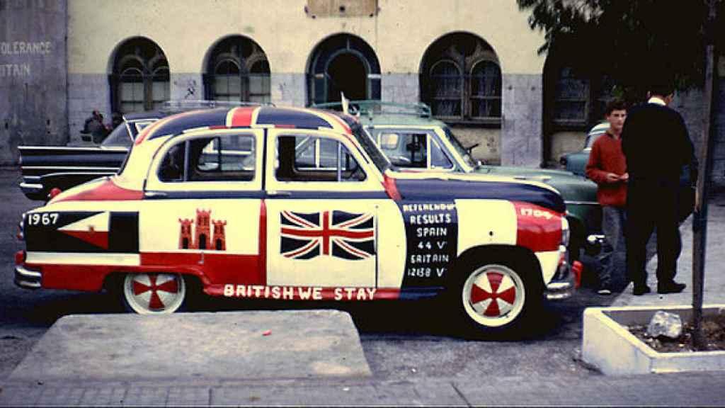 Un coche con la bandera británica, en Gibraltar.