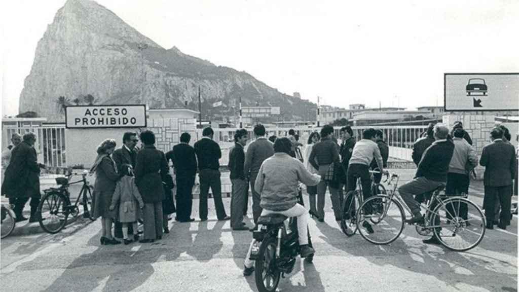 Los gibraltareños, ante el cierre de la Verja.