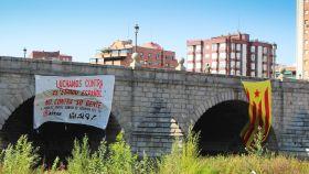 La pancarta y la estelada desplegadas por Arran en el Puente de Segovia de Madrid.